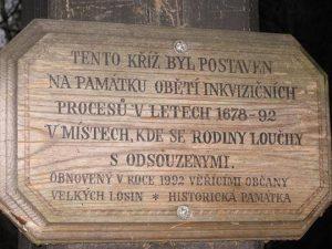 Pamětní deska na kříži